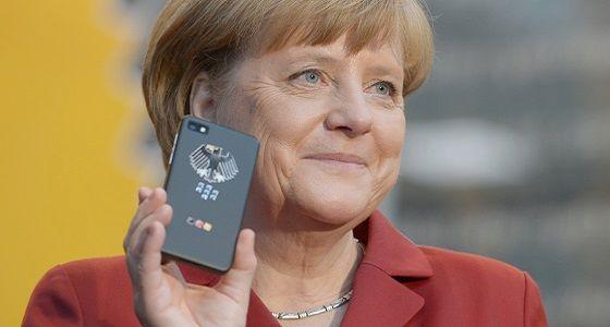 Bundeskanzlerin Merkel mit dem abhörsicheren Blackberry von Secusmart.